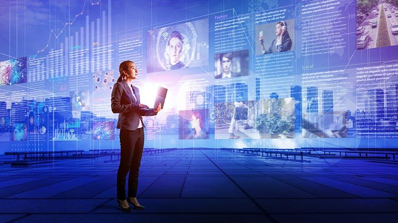 kvinna står med dator och ser mot abstrakta medier i luften omkring henne