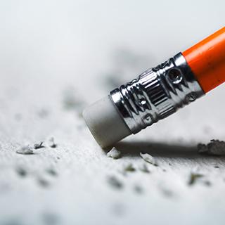 suddgummi på penna som suddar på ett papper